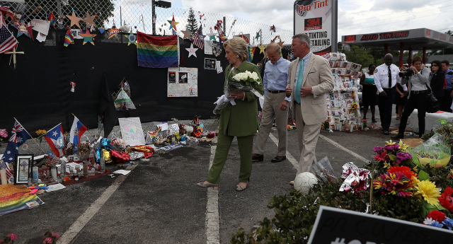 هيلاري كلينتون از کلاب پالس در اورلاندو بازديد کرد و وعده داد كه براي حفاظت از دگرباشان تغييراتي ايجاد كند.